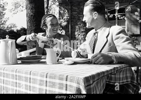 Ein Ausflug zum Auerbacher Schloss, Deutsches Reich 1930er Jahre. An excursion to the Auerbach castle, Germany 1930s. - Stock Photo