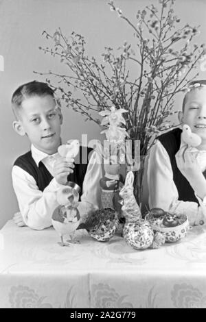 Zwei Jungen mit Ostedekoration, Deutschland 1930er Jahre. Two boys at a table with easter decoration, Germany 1930s. - Stock Photo