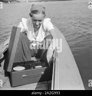 Ein Ausflug mit dem Klepper-Boot, Deutsches Reich 1930er Jahre. An excursion with a foldboat, Germany 1930s. - Stock Photo