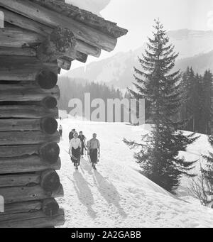 Ein Ausflug in ein Skigebiet in Bayern, Deutsches Reich 1930er Jahre. A trip to a Ski region in Bavaria, Germany 1930s. - Stock Photo