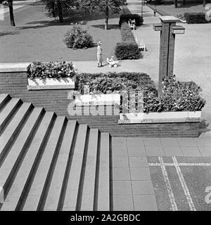 Eine Frau schiebt ihren Kinderwagen durch den Grillopark in Oberhausen, Deutschland 1930er Jahre. A woman with her pram strolling through the Grillo park at Oberhausen, Germany 1930s. - Stock Photo
