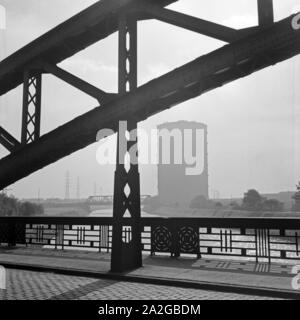 Blick auf den Gasometer am Rhein Herne Kanal in Oberhausen, Deutschland 1930er Jahre. View to the gasometer  near the Rhine Herne canal at Oberhausen, Germany 1930s. - Stock Photo