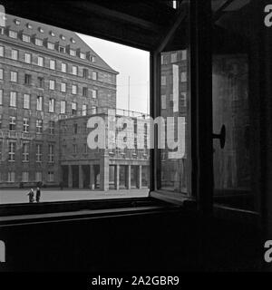 Das Rathaus in Bochum durch ein Fenster von gegenüber gesehen, Deutschland 1930er Jahre. Bochum city hall and square, Germany 1930s. - Stock Photo