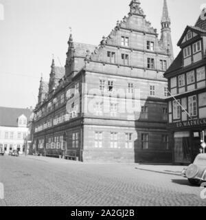 Das Hochzeitshaus in der Innenstadt von Hameln an der Weser, Deutschland 1930er Jahre. Hochzeitshaus patrician house at the city of Hameln on river Weser, Germany 1930s. - Stock Photo
