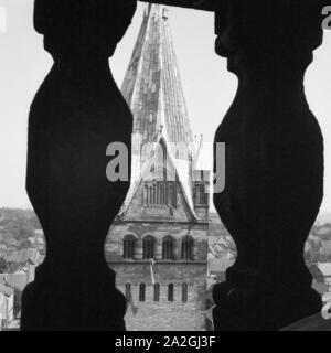 Blick vom Turm der St. Petri Kirche auf den St. Patrokli Dom in Soest in Westfalen, Deutschland 1930er Jahre. View from the belfry of St. Petri's church to the St. Patrokli cathedral at Soest in Westfalia, Germany 1930s. - Stock Photo