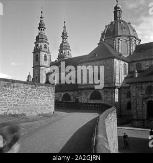 Blick auf die Kuppel und die Doppeltürme des St. Salvator Doms in Fulda, Deutschland 1930er Jahre. View to the dome and the twin towers of Fulda cathedral, Germany 1930s. - Stock Photo