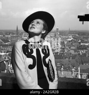 Eine Frau steht auf einem Kirchturm, Deutschland 1930er Jahre. A woman standing on the top of a belfry, Germany 1930s. - Stock Photo