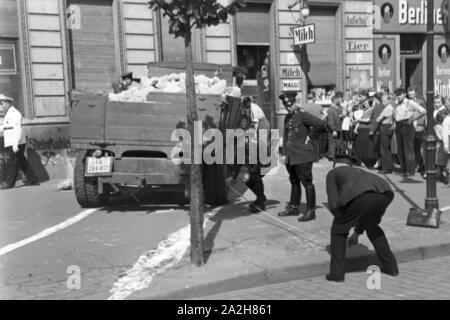 Polizisten rekonstruieren einen Verkehrsunfall, Deutschland 1930er Jahre. Policemen reconstructing a traffic accident, Germany 1930s. - Stock Photo