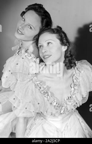 Die Geschwister Hedi und Margot Höpfner, Deutschland 1930er Jahre. Sister duo Hedi and Margot Hoepfner, Germany 1930s. - Stock Photo
