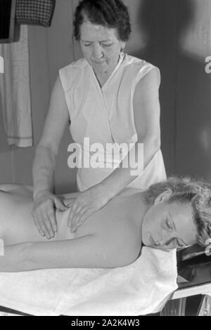 Eine junge Frau bei einer Massage im Admiralsbad in Berlin, Deutschland 1930er Jahre. A young woman gets a massage at Admiralsbad bath in Berlin, Germany 1930s. - Stock Photo