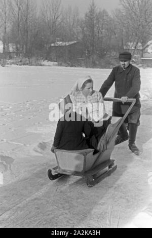 Eine Familie beim Eislaufen auf einem zugefrorenen See im Spreewald, Deutschland 1930er Jahre. A family skating on a frozen lake at Spreewald area, Germany 1930s. - Stock Photo