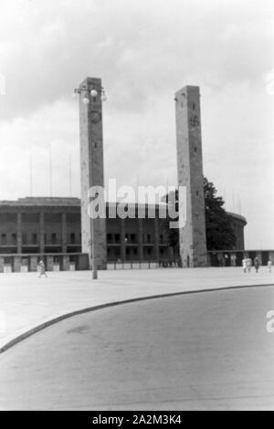 Außenansicht des Olympiastadions in Berlin, Deutsches Reich 1930er Jahre. Exterior view of the Olympic stadium in Berlin, Germany 1930s. - Stock Photo