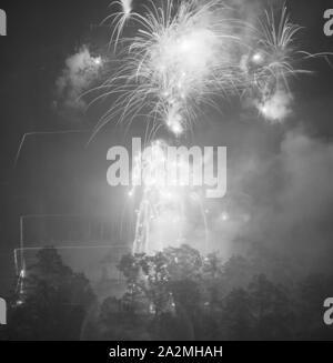 Feuerwerk, Deutschland 1930er Jahre. Fireworks display, Germany 1930s. - Stock Photo