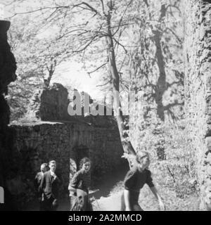 Besichtigungstour auf Schloss Auerbach im Odenwald, Deutschland 1930er Jahre. Sightseeing tour at Auerbach castle in the Odenwald region, Germany 1930s. - Stock Photo
