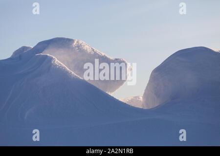 Dyynimäiset lumihangen muodot taivasta vasten - Stock Photo