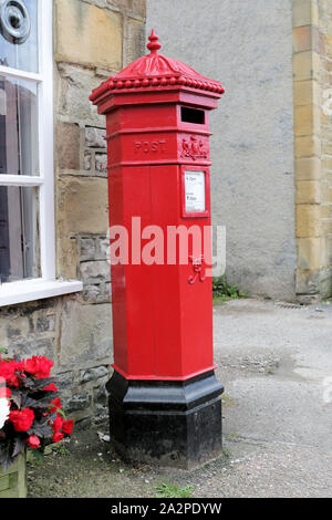 Replica hexagonal Penfold post box outside the Beresford Team Rooms and Post Office in Hartington - Stock Photo