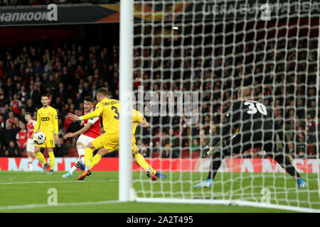 Emirates Stadium, London, UK. 3rd Oct, 2019. UEFA Europa League, Arsenal versus Standard Liege; Gabriel Martinelli of Arsenal shoots and scores for 2-0 in the 15th minute - Editorial Use Credit: Action Plus Sports/Alamy Live News - Stock Photo