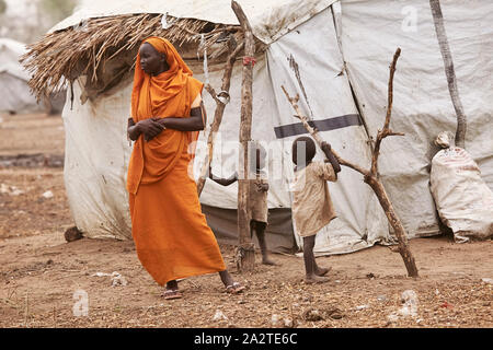 South Sudan Maban Woman with two children in front of her primitive tent  Photo Jaco Klamer 16-03-2016 - Stock Photo