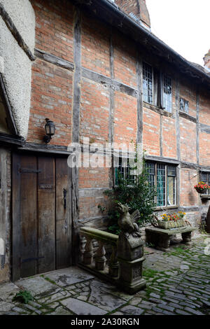 An old Tudor house in Stratford Upon Avon Stock Photo - Alamy
