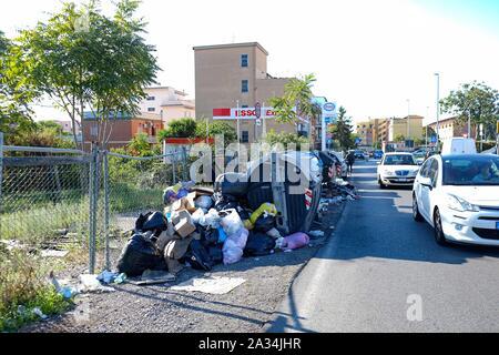 rifiuti nel quartiere di torre spaccata - Roma - Stock Photo