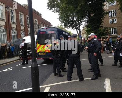 London, UK. 05th Oct, 2019. Police have been making arrests outside Lambeth old court house as Climate protesters Extinction Rebellion plan to block bridges Credit: Rachel Megawhat/Alamy Live News - Stock Photo