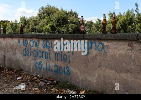 A te che sei compagna dei giorni miei - message on the wall on Trastevere district, Rome, Italy - Stock Photo
