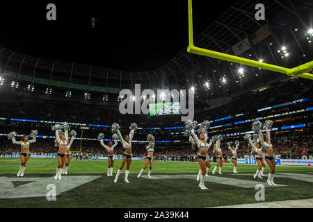 Tottenham Hotspur Stadium, London, UK. 6th Oct, 2019. National Football League, Chicago Bears versus Oakland Raiders; The Raiderettes entertain the crowd - Editorial Use Credit: Action Plus Sports/Alamy Live News - Stock Photo