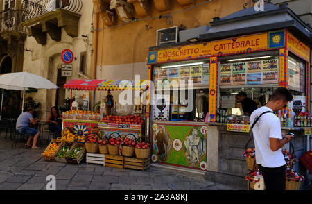 Fruit/food kiosk and tourists along Corso Vittorio Emanuele in Palermo, Sicily. - Stock Photo