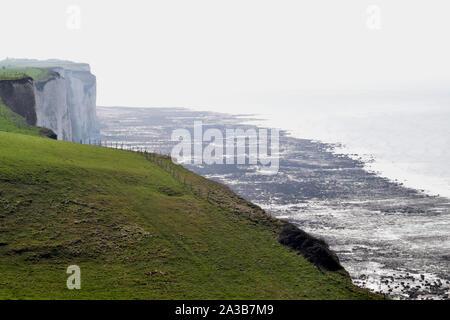 Les falaises entre le bois de Cise et mers les bains, chemins de randonnée avec vue sur la mer, la baie de somme, Ault, Onival, Cayeux sur mer - Stock Photo