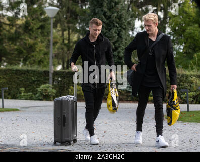 Dortmund, Germany. 07th Oct, 2019. Soccer: National team, before the international match against Argentina: Marco Reus and Julian Brandt (r) come to the team hotel on foot and carry plastic bags from their club Borussia Dortmund. Credit: Bernd Thissen/dpa - IMPORTANT NOTE: In accordance with the requirements of the DFL Deutsche Fußball Liga or the DFB Deutscher Fußball-Bund, it is prohibited to use or have used photographs taken in the stadium and/or the match in the form of sequence images and/or video-like photo sequences./dpa/Alamy Live News - Stock Photo
