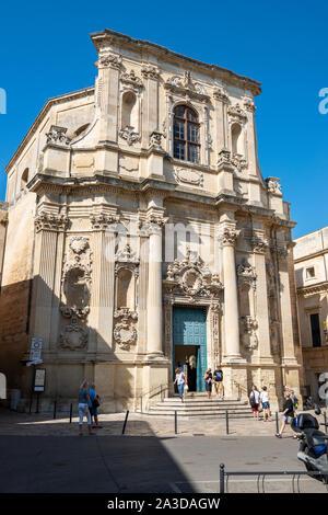 Tourists in front of Chiesa di Santa Chiara (Church of Saint Clare) in Piazzetta Vittorio Emanuele II, Lecce, Apulia (Puglia) in Southern Italy - Stock Photo