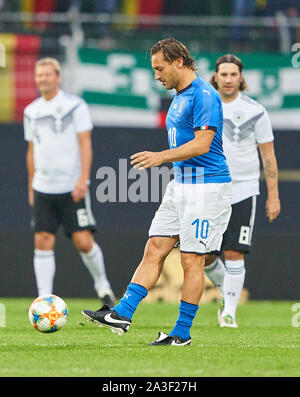 Fürth, Germany, October 07, 2019 Francesco TOTTI, ITA All Stars Nr. 10 drives, controls the ball, action, full-size, Single action, einzelaktion, with ball, full body, whole figure, cutout, single shots, ball treatment, pick-up, header, cut out, Ganzkoerperaufnahme, kick-off GERMANY ALL-STARS - ITALY AZZURRI   ALL STARS 3-3, German Soccer League , Fürth, Germany,  October 07, 2019  Season 2019/2020 © Peter Schatz / Alamy Live News - Stock Photo