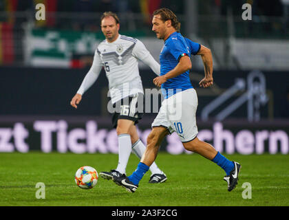 Fürth, Germany, October 07, 2019 Francesco TOTTI, ITA All Stars Nr. 10  compete for the ball, tackling, duel, header, zweikampf, action, fight against Jens NOWOTNY, DFB All Stars Nr. 16  GERMANY ALL-STARS - ITALY AZZURRI   ALL STARS 3-3, German Soccer League , Fürth, Germany,  October 07, 2019  Season 2019/2020 © Peter Schatz / Alamy Live News - Stock Photo