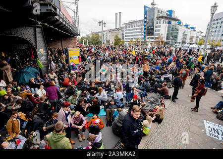 Berlin, Germany. 09th Oct, 2019. Activists of the 'Extinction Rebellion' movement block the Jannowitz Bridge. Credit: Christoph Soeder/dpa/Alamy Live News - Stock Photo