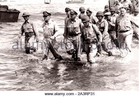 General Douglas MacArthur (second from left) walks to the shore of Leyte Island with a group of U.S. Army and Philippine officers - Stock Photo