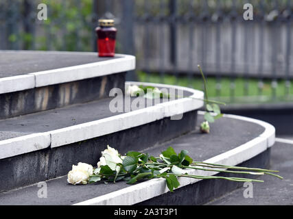 Duesseldorf, Germany. 10th Oct, 2019. A candle and roses lie on the steps leading to the entrance to the New Synagogue. After the fatal shots in Halle on Thursday, the politicians are sending a signal of solidarity with the Jewish communities in Germany. Credit: dpa picture alliance/Alamy Live News - Stock Photo