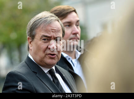 Duesseldorf, Germany. 10th Oct, 2019. Armin Laschet (CDU), Prime Minister of North Rhine-Westphalia, speaks to journalists at the entrance to the New Synagogue. After the fatal shots in Halle on Thursday, the politicians are sending a signal of solidarity with the Jewish communities in Germany. Credit: dpa picture alliance/Alamy Live News - Stock Photo