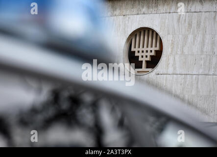 Duesseldorf, Germany. 10th Oct, 2019. A police car stands in front of the entrance to the New Synagogue and a window with a menorah. After the fatal shots in Halle on Thursday, the politicians are sending a signal of solidarity with the Jewish communities in Germany. Credit: dpa picture alliance/Alamy Live News - Stock Photo