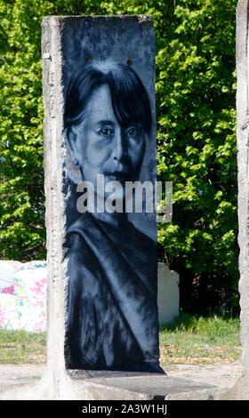 ein Mauerstueck mit dem Portrait von Aung San Suu Kyi (nur fuer redaktionelle Verwendung. Keine Werbung. Referenzdatenbank: http://www.360-berlin.de. - Stock Photo