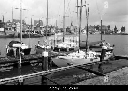 Segelboote an einem Kai im Hafen von Volendam Niederlande 1971. Sailing boats on a quay at the harbor of Volendam, The Netherlands 1971. - Stock Photo