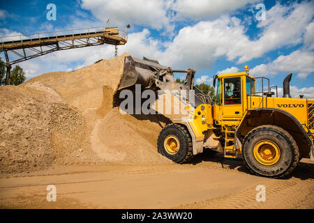 Voerde, Lower Rhine, North Rhine-Westphalia, Germany - gravel plant, gravel mountains with wheel loaders and conveyor belts.  Voerde, Niederrhein, Nor - Stock Photo