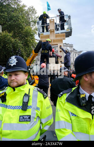 Trafalgar Square, London, UK. 10th October 2019.  Extinction rebellion climate change protesters close the roads around Westminster. Credit: Matthew Chattle/Alamy Live News - Stock Photo