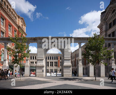 Front elevation towards courtyard from Exhibition Road. Sackler Courtyard at the V&A Museum, London, United Kingdom. Architect: Amanda Levete, 2017. - Stock Photo