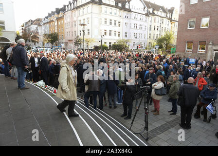 Duesseldorf, Germany. 10th Oct, 2019. People stand in front of the Düsseldorf synagogue and mourn. During attacks in the middle of Halle an der Saale in Saxony-Anhalt two people were shot dead on 09.10.2019. Credit: David Young/dpa/Alamy Live News - Stock Photo