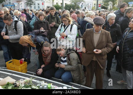 Duesseldorf, Germany. 10th Oct, 2019. People lay flowers and place candles on the stairs in front of the synagogue. During attacks in the middle of Halle an der Saale in Saxony-Anhalt two people were shot dead on 09.10.2019. Credit: David Young/dpa/Alamy Live News - Stock Photo