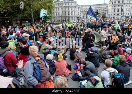 Trafalgar Square, London, UK. 11th October 2019. Extinction Rebellion climate change protesters in Trafalgar Square. Credit: Matthew Chattle/Alamy Live News - Stock Photo