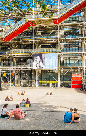 couples in font of centre georges pompidou - Stock Photo