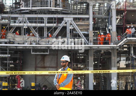 Khurais, Saudi Arabia. 12th Oct, 2019. EASTERN PROVINCE, SAUDI ARABIA - OCTOBER 12, 2019: A worker at an oil processing facility of Saudi Aramco, a Saudi Arabian state-owned oil and gas company, at the Khurais oil field. On 14 September 2019, two of the major Saudi oil facilities, Abqaiq and Khurais, suffered massive attacks of explosive-laden drones and cruise missiles; the Houthi movement, also known as Ansar Allah, claimed responsibility for the attacks. Stanislav Krasilnikov/TASS Credit: ITAR-TASS News Agency/Alamy Live News - Stock Photo