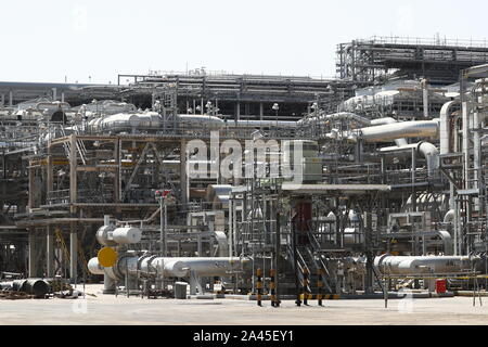 Khurais, Saudi Arabia. 12th Oct, 2019. EASTERN PROVINCE, SAUDI ARABIA - OCTOBER 12, 2019: An oil processing facility of Saudi Aramco, a Saudi Arabian state-owned oil and gas company, at the Khurais oil field. On 14 September 2019, two of the major Saudi oil facilities, Abqaiq and Khurais, suffered massive attacks of explosive-laden drones and cruise missiles; the Houthi movement, also known as Ansar Allah, claimed responsibility for the attacks. Stanislav Krasilnikov/TASS Credit: ITAR-TASS News Agency/Alamy Live News - Stock Photo