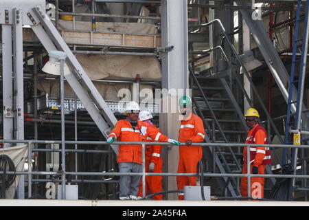 Khurais, Saudi Arabia. 12th Oct, 2019. EASTERN PROVINCE, SAUDI ARABIA - OCTOBER 12, 2019: Workers at an oil processing facility of Saudi Aramco, a Saudi Arabian state-owned oil and gas company, at the Khurais oil field. On 14 September 2019, two of the major Saudi oil facilities, Abqaiq and Khurais, suffered massive attacks of explosive-laden drones and cruise missiles; the Houthi movement, also known as Ansar Allah, claimed responsibility for the attacks. Stanislav Krasilnikov/TASS Credit: ITAR-TASS News Agency/Alamy Live News - Stock Photo